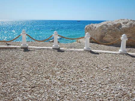 Decorative rack fence with a rope. Coast of the Caspian Sea. Aktau. Kazakhstan. Banque d'images - 121725343