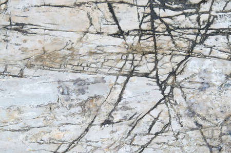 firmeza: piedra blanca con grietas en la superficie.