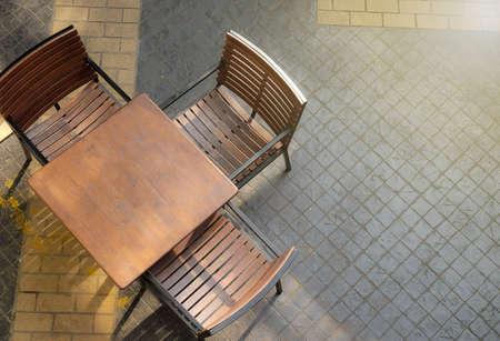 tabla de madera: eisure esquina con sillas de madera y una mesa