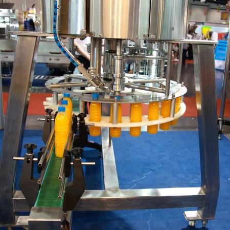 food and drink industry: L'acqua della macchina di rifornimento