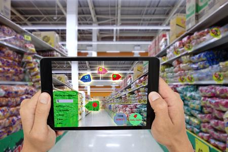 Internet de las cosas conceptos de marketing, la realidad aumentada inteligente, mantenga pulsado el cliente taplet para ver el producto que buscar por la aplicación de AI con mucho calor, el código de promoción Foto de archivo