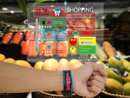 Iot, Internet de concept de marketing de choses, l'homme utilise une montre intelligente avec une technologie de réalité augmentée pour voir les données recommandées par le commerce de détail, le sous-total de l'application, le moteur de recherche recommandé, Banque d'images - 78949099