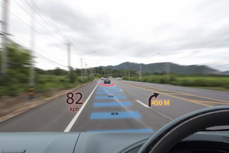 Iot, Internet des concepts de voitures intelligentes, affichage tête haute (HUD). La voiture utilise la réalité augmentée pour montrer la vitesse, la navigation, la distance entre la voiture Banque d'images - 79277674