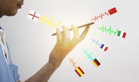 iot, internet of things, concept van de vertaaltechnologie, de man met een slimme telefoon en spraakopdracht gebruiken om vanuit het Engels te vertalen vertalen naar een andere taal