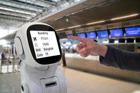 Concept de robot de conseil de la technologie, l'aéroport utilise un conseiller robotique pour aider le passager et de donner des informations sur le vol, la carte d'embarquement, le temps et la direction de la porte avec la réalité augmentée Banque d'images - 83385012