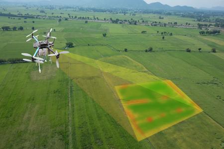 Drohne für die Landwirtschaft, Drohneneinsatz für verschiedene Bereiche wie Forschungsanalysen, Sicherheit, Rettung, Geländescanning-Technologie, Überwachung der Bodenhydration, Ertragsproblem und Senden von Daten an Smart Farmer auf Tablet Standard-Bild