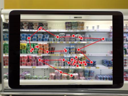 똑똑한 소매 개념, 또는 상점 서비스의 이상적인 표현과 비교하여 쉽게 볼 수있는 바코드와 가격 또는 사진으로 선반에 재고가있는 상점의 데이터를