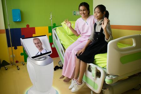 Médecin à l'hôpital parler avec le patient à la chambre du patient par téléprésence robotique et les gardiens peuvent interagir avec leur patient vérifier leurs conditions de vie et le besoin de rendez-vous supplémentaires Banque d'images - 86628843