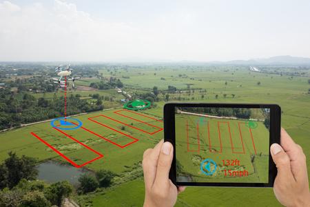 concepto de agricultura inteligente, el uso de aviones no tripulados una tecnología en la agricultura con inteligencia artificial para medir el área, fotógrafo, y volar seguir la línea y enviar los datos de vuelta al agricultor en el sistema de la nube