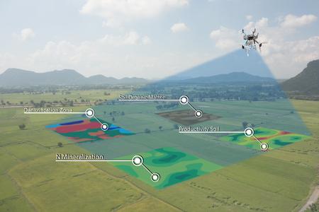 intelligentes Landwirtschaftskonzept, Landwirtgebrauchsinfrarot in der Drohne mit hochauflösender Bodenkartierung beim Pflanzen, leiten tiefe Bodenscan während eines Bodenbearbeitungdurchlaufs umfassen organisches, ec, OM, Stickstoff, Aussaatmenge