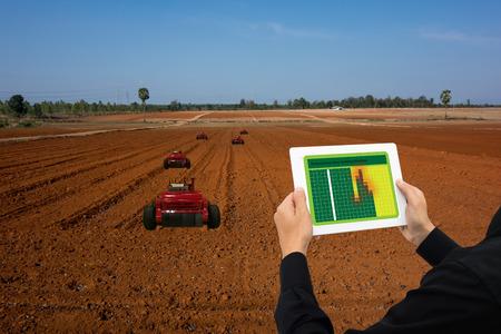 ioTスマート産業ロボット4.0農業コンセプト、産業アグロノミスト、タブレットを使用してタブレットを使用して監視し、行の播種、散布、雑草、ま