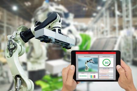 iot industry 4.0 concept, ingeniero industrial que usa software (realidad virtual aumentada) en una tableta para monitorear la máquina en tiempo real. Uso inteligente de la fábrica Brazo de robot de automatización en la fabricación de automóviles