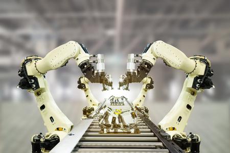 Concepto de tecnología IOT Industry 4.0. Fábrica inteligente que utiliza la automatización de tendencias de brazos robóticos con cinta transportadora vacía en la línea de operación. Fabricación automotriz usarla por precisión, repetición, intenso.
