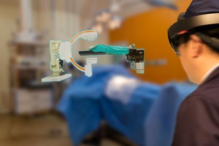 スマート医療技術ロボットのコンセプト、医師(ぼかし)は、手術室で拡張混合バーチャルリアリティ技術を使用して、患者が分析する自律ロ