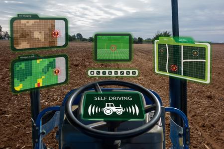 iot smart industry robot 4.0 landbouwconcept, industriële agronoom, boer die autonome tractor met zelfrijdende technologie gebruikt, augmented mixed virtual reality om bodem te verzamelen, te benaderen, te analyseren Stockfoto