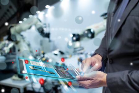 IoT 인터넷 또는 산업 개념의 사물 지능, 비즈니스 또는 엔지니어는 증강 혼합 가상 현실을 사용하여 스마트 공장에서 AI 또는 인공 기술로 모니터 로봇을 제어합니다. 스톡 콘텐츠