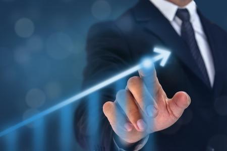 Geschäftsmann Point Hand auf der Spitze des Pfeildiagramms mit hoher Wachstumsrate. Die Erfolgs- und Wachstumskurve im Unternehmen oder in der Industrie nach der Investition