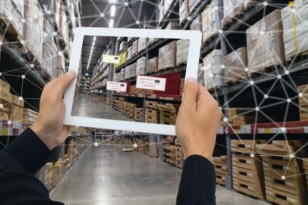 iot smart retail en el concepto futurista, el minorista sostiene la tableta y usa la tecnología de realidad aumentada monitoriza los datos fuera de la estantería, precio, planograma, campaña de cumplimiento en tiempo real