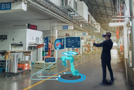 iot technologie intelligente futuriste dans le concept de l'industrie 4.0, l'ingénieur utilise la réalité virtuelle mixte augmentée pour l'éducation et la formation, les réparations et la maintenance, les ventes, la conception de produits et de sites, etc. Banque d'images