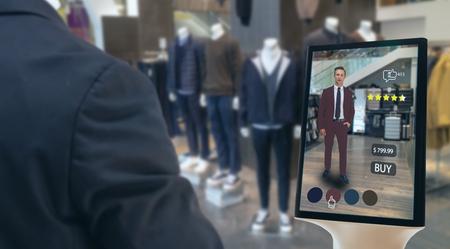 iot concepto de tecnología futurista de venta minorista inteligente, hombre feliz intenta usar una pantalla inteligente con realidad virtual o aumentada en la tienda o venta minorista para elegir seleccionar, comprar telas y dar una calificación de productos Foto de archivo