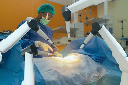 concepto de atención médica inteligente, el uso de máquinas robóticas quirúrgicas permite a los médicos realizar muchos tipos de procedimientos complejos con más precisión, flexibilidad y control de lo que es posible