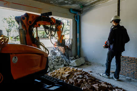 dismantling: The Robot Equipment is destroying the walls of the house
