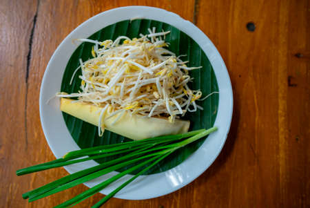 Bean sprouts and banana blossoms, a side dish of Thai food, are placed in a beautifully arranged plate with banana leaves under it. Standard-Bild
