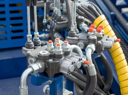 Tubi idraulici, raccordi e le leve del pannello di controllo del meccanismo di sollevamento