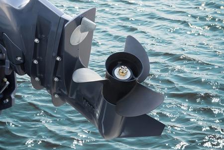 vis de bateau à moteur sur l'eau de mer fond