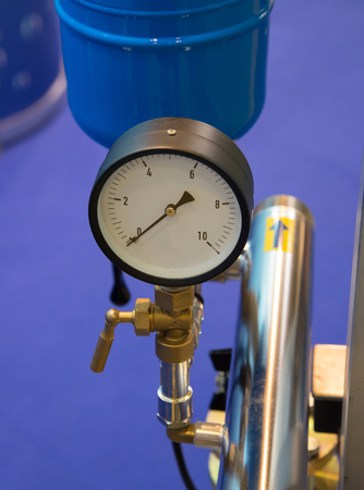 analogue: Analogue positive pressure gauge with bottom entry in use.