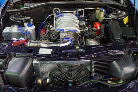 Primo piano del vecchio motore di automobile potente. Progettazione interna del motore.