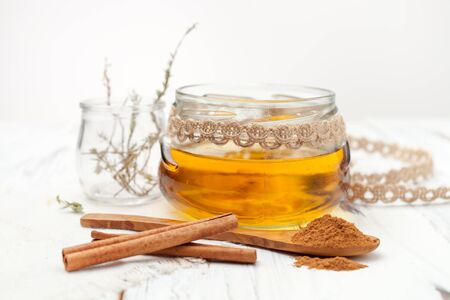recipes for home-made cosmetics made from honey and cinnamon 免版税图像