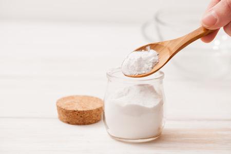 海の塩、澱粉 jar ファイルおよび自宅を化粧品、木製白地のレシピのための木のスプーン 写真素材