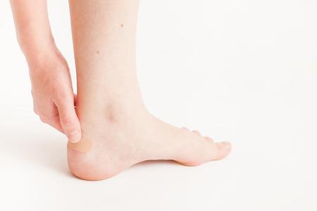 가벼운 모노 포닉 배경의 집에서 아픈 다리를 돌보기