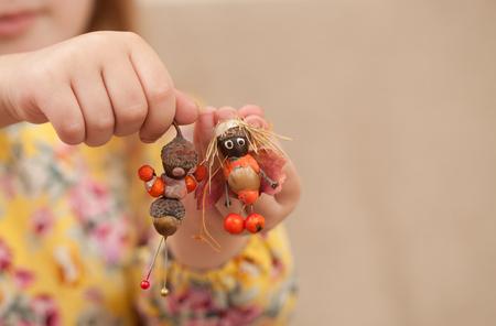 Souvenirs van natuurlijke materialen met uw kind met uw eigen handen. Onderwijs maken van ambachten van dennenappels, eikels, herfstbladeren, twijgen, bessen.