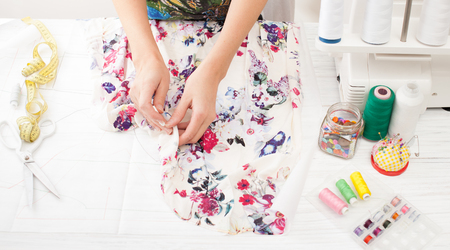 옷장 또는 재봉틀에 바느질을위한 도구 및 패브릭 : 가위, 바늘, 센티미터, 패턴, 천 조각, 연필 자르기, 실.
