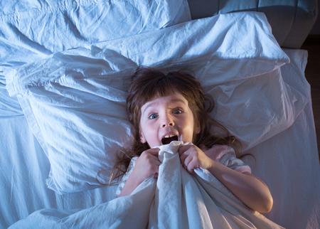 아이의 밤 공포. 어둠에 대한 두려움. 밤에 침대에있는 아기. 텍스트를 삽입하기위한 빈 공간.