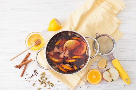 Recipes for mulled wine at home. The use of honey, wine, oranges, cinnamon, cardamom, cloves, cumin, coriander, apples and black pepper. The place to insert the text.