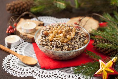 Kutya is een kerstschotel gemaakt van tarwekorrels, maanzaad, noten, rozijnen en honing. Pap, die begon met de viering van Kerstmis. Stockfoto
