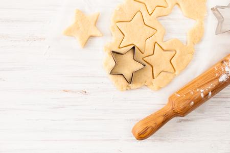 Przygotowanie biszkoptów. Ciasto do robienia świątecznych ciasteczek. Obraz tła procesu tworzenia pliku cookie.