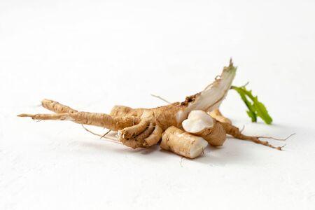 Korzeń cykorii pospolitej (Cichorium intybus). Korzeń cykorii (Cichorium intybus radix) pomaga oczyścić i wzmocnić organizm, normalizuje pracę serca i naczyń krwionośnych.