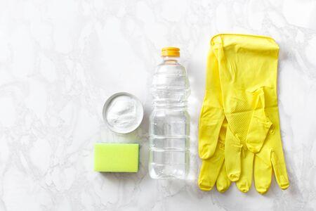 El concepto de quehaceres domésticos para limpiar utensilios de cocina con vinagre y polvo de alimentos ecológicos. Texto copyspace