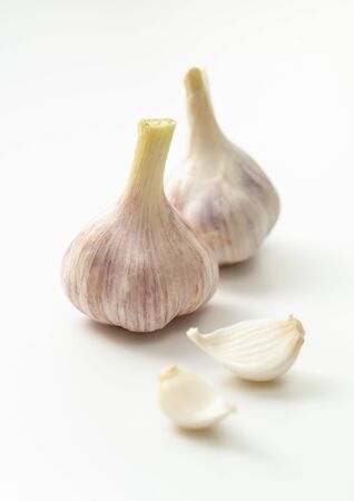 Young garlic: two heads and segments on a white background 版權商用圖片
