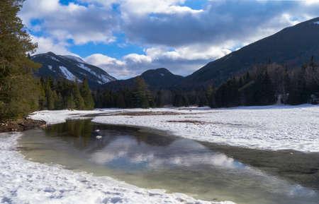 구름을 반사하는 산의 흐름 스톡 콘텐츠