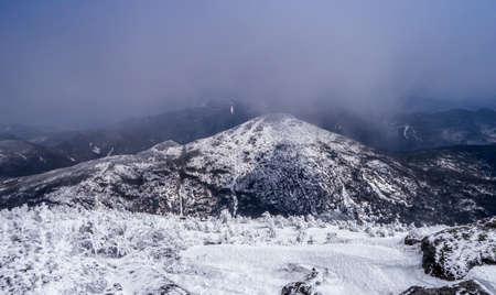Wolken clearing over een bergtop