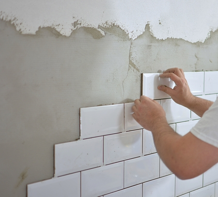 tiling the tiles in the kitchen 版權商用圖片