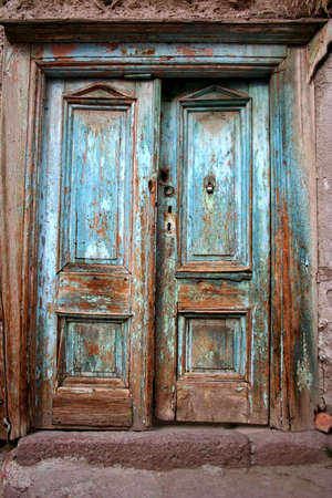 puertas de madera: Objetos de viejo puerta destruido azul