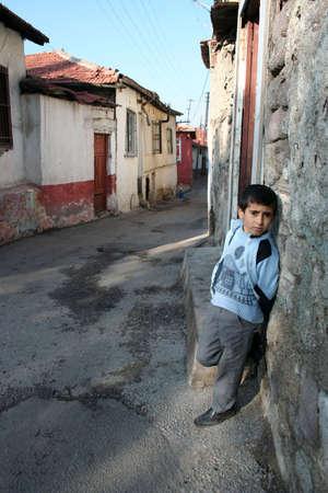彼の家の前に立っている子