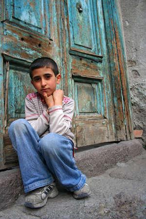 clochard: Un ragazzo seduto alla porta di casa e di pensare