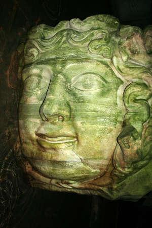 cisterna: Medusa haed en La Cisterna de la Bas�lica, Estambul, Turqu�a